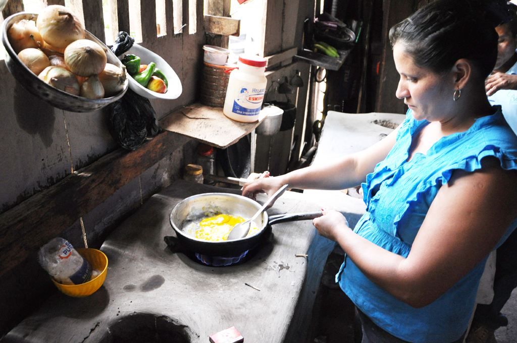 Woman_cooking_using_biogas