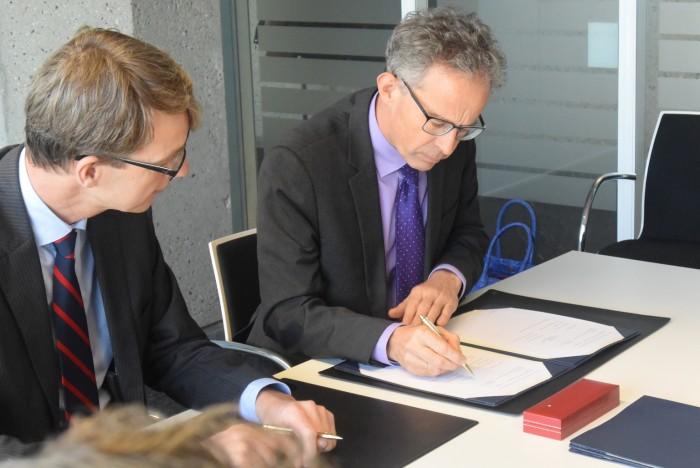 Han de Groot, Executive Director at UTZ Certified and Jeroen Roodenburg, Director Sustainable Economic Development, signing the Sector Change Partnership